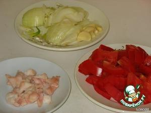 Для поджарки нарезать бараний жир кубиками, лук полукольцами, помидоры крупными дольками, чеснок.