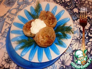 When serving, decorate the dish with greens and pour sour cream.