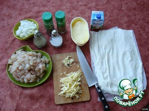 Chop the onions, chicken fillet cut into small cubes, cheese to RUB or cut into thin strips, parsley finely chop.