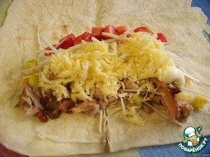 Lovasik (us large) cut in half. Three cheese, cabbage shinkuem, pepper and tomatoes - diced, cut the meat into small, zelenushka grind. Spread the filling on top of the mayonnaise