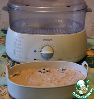 Now the second method of cooking this pudding tender in the steamer. Prepare the same as above stated, curd - rice mass.   A form for cooking of rice for a couple vystelim greased or foil to make it easy cheesecake to take out. Spread dough.