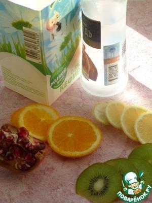 Нарезать тонкими кружками лимон, апельсин, киви.