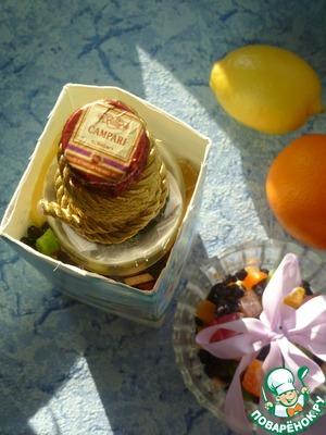 В центр коробки поставьте бутылку водки, по краям разложите ломтики лимона, апельсина, киви, зерна граната, смесь из изюма и цукатов (также для красоты в воду можно добавить лепестки цветов, небольшие цветы - тут можно проявить фантазию)