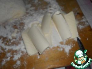 Масло нарезаем тонкими пластинками и обмакиваем в муке.