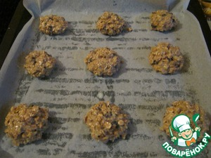Protiven grease with vegetable oil and lay a baking paper. With a spoon spread on cookie sheet cookies at a distance of 3-4 cm from each other.  Bake in a preheated 200 degree oven for 20 minutes. Let cool on wire rack.