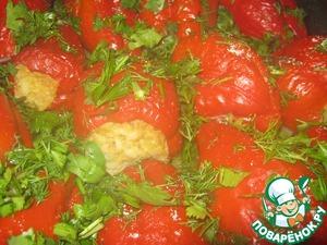 Болгарский перец моем, срезаем плодоножку, освобождаем от семян, хорошенько промываем, обтираем. Я брала красный болгарский перец (он придаёт блюду пикантный сладковатый вкус ). Перец средних размеров - у меня на форму ( размер противня) ушло 20 шт. Фаршируем наш перец фаршем и укладываем плотненько к друг дружке в форму.