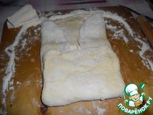 Раскатываем тесто в пласт, по середине кладем треть масла, складываем конвертом, хорошо защиплем края.