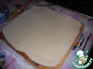 Раскатываем в пласт посыпая мукой, на середину кладем вторую часть масла, также сворачиваем конвертом и защипляем края, раскатываем в пласт и выкладываем последнюю часть масла, защипляем края, и раскатываем, теперь просто складываем в несколько слоев и раскатываем в пласт, нарезаем на кусочки, каждый кусочек оборачиваем пленкой и храним в холодильнике в морозилке до момента когда вам оно будет нужно.
