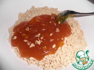 Приготовить из указанных ингредиетов бисквитное тесто и испечь бисквит. Сам бисквит охладить и измельчить в крошки. Для начинки повидло проварить с сахаром, добавив измельченные грецкие орехи.
