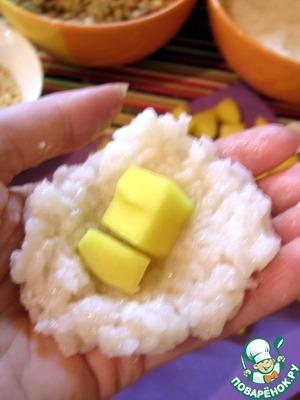 Take a small ball of rice, replusive, put the filling and wrap. Hands you can periodically moisten with water.