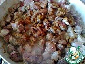 Добавляем соль, перец, и жарим еще примерно 10 минут.