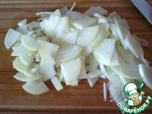 Лук чистим и режем полукольцами, у меня были большие луковицы, поэтому я порезала чуть меньше. Жарим до тех пор, пока лук не станет прозрачным.