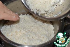 2.Промываем рис холодной водой с помощью дуршлага, чтобы он охладился.