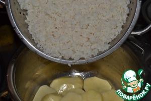 4.Готовим «подушку» для будущего плова: выкладываем нарезанный картофель, полностью выстилаем им дно кастрюли. Предварительно туда добавляем немного масла (можно оставшееся от нашей поджарки)   5.Затем кладём рис. Воду не добавляем.