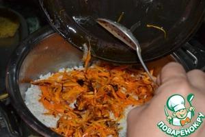 6.Сверху выкладываем морковь и лук.