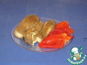 Баклажаны и перцы очистить от шкурки.