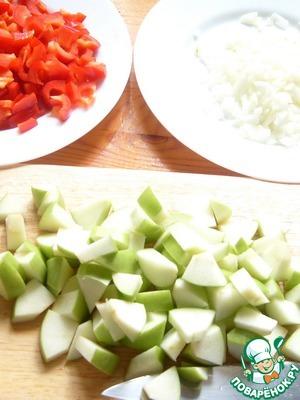 Нарезаем лук, болгарский перец и яблоки.