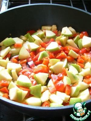 Лук пассеруем до прозрачности (не зажариваем!) с оливковым маслом на медленном огне. Добавляем болгарский перец и яблоки. Обжариваем пару минут на среднем огне.