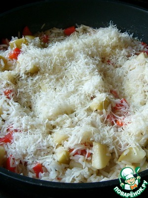 Важно, чтобы рис не разварился!       Выключаем огонь, подсаливаем ризотто и посыпаем тертым пармезаном (или другим твердым сыром).