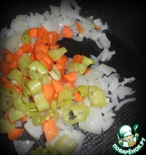 Все овощи режем кубиками. К луку отправляем перец и морковь.
