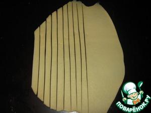 Берем тесто и раскатываем его тонко, нарезаем полосочки шириной 0,5 см.