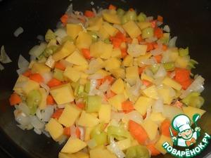 Следом добавлям картофель. Перемешиваем и слегка потушим. Главное в барбунье, что б приготовился картофель.