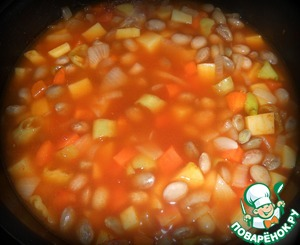 Следом измельченный томат, вода или овощной бульон. И в самом конце щепотку сахара и соли.