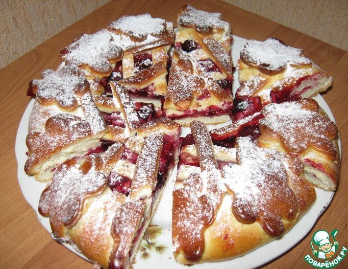 Рецепт: Пирог дрожжевой с ягодой и яблоком