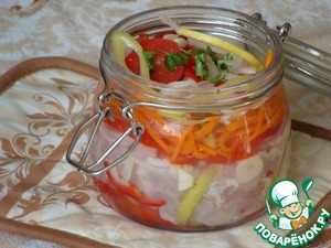 Those fillets that have been frozen separately, I pull out as needed.   That pulled 1 fillet of sea language.  Prepared vegetables: onion, carrot, bell pepper - cut into strips, tomato and garlic slices. Vegetable mixture, mix, split into 2 parts. One lay on the bottom of the jar, on top of the fish, the fish remaining vegetables and herbs. Pour a mixture of lemon juice and vegetable oil.  Let stand 30 minutes. And even better night. Very tasty.