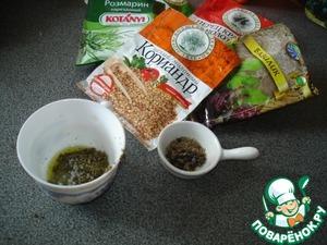 Приготовление этого блюда начнем с начинки, т. к. на её приготовление потребуется 3 часа.   Возьмите все специи - розмарин, базилик, перец черный и красный, тимьян, положите в ступку, добавьте соль и разотрите до пастообразного состояния. Если вы используете сухие травы, добавьте оливковое масло.