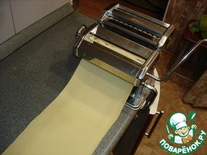 Все подготовительные операции сделаны, приступаем к лепке Аньолотти. Я использовала машину для приготовления пасты. Если у вас нет машинки, ничего страшного. Тесто необходимо тонко раскатать в длинные полосы шириной до 10 см.