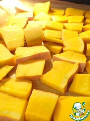 Pumpkin cut into slices thickness of about 1 cm and bake in the oven until soft, approximately 20-30 minutes at 180 degrees. The peel I cleanse with the already baked pumpkin. Then, from pumpkin to mash. If you have prepared mashed potatoes, this step you safely passed.