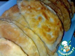 Cook the pasties for about 5 minutes, evenly fried on both sides.  Bon appetit.   Put the frozen pasties on a heated pan. This should be done carefully so as not to burn yourself with splashes of fat. To unfreeze the items are not needed, they can lose shape. Fry the pasties first one side on medium heat until Golden. Then turn the product on the other side and wait until Golden brown. The pan cover should not be.