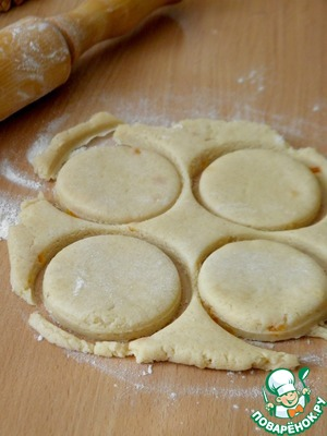 Тесто раскатываем толщиной 1см. Стаканом или формочкой вырубаем будущие кейки.