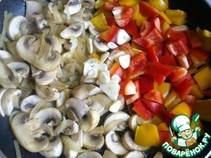 Then fry the onion for 2-3 minutes, add the mushrooms and cook for 5-7 min.  To mushrooms, add pepper and garlic, cook over medium heat until soft pepper.