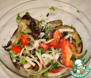 """6. Now mix in the bowl all this happiness (the eggplant should be cool). The oil is not added, it will be enough oiled eggplant. Onions from the marinade pressing is not trying. Diluted vinegar also plays a role.  Now the salad needs to stand for 10 minutes so all the ingredients are """"married"""". Be sure to try! You may not have enough salt or oil. Add the missing."""