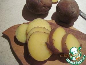 Для начала отварим или запечем в духовке картофель и свеклу. Отварим яйца вкрутую. Готовый картофель остудить и порезать кружочками шириной 0,5-1 см. Снимать кожуру с картофеля или нет - решать вам, мне больше нравится с кожурой.