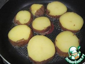 Порезанный картофель обжарить в НЕБОЛЬШОМ (!) количестве растительного масла до легкого румянца или корочки.