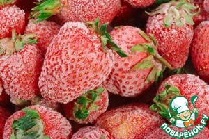 Sort, wash well and shake off your strawberries. You can use crushed berries, which are on the table as a separate dish to serve it is impossible – the taste of the soup will not suffer.  If you take frozen strawberries, allow it to melt.