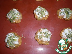 Cakes to grease with sour cream and sprinkle of pumpkin seeds. Seeds coarsely chopped with a knife.  Bake for 20-25 minutes at a temperature of 180*.