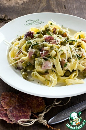 Pasta with ham and green peas