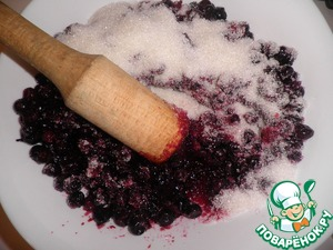 Then take a wooden pestle and start to pound the berries with sugar. You can, of course, are for speed and blender, but it will not. Moreover, in contact with metal, some vitamins will be lost. So, it is better the old fashioned way.