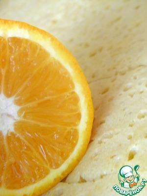 Пропитываем корж апельсиновым соком. Можно добавить немного алкоголя в пропитку.