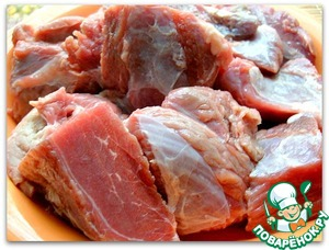 We take fresh, tender veal, cut it into large chunks and dip them in a mixture of salt and pepper. Fry the meat in vegetable oil until Browning.