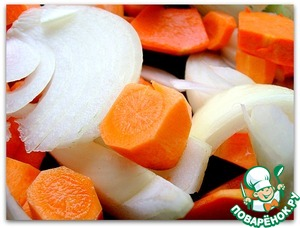 Prepare the vegetables: peel and coarsely chop the carrots, pumpkin (a couple small pieces), 2 onions.