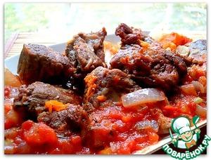 Достаем мясо, укладываем его на овощи, поливаем соусом.