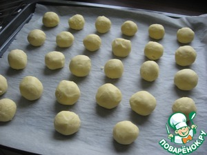 Form a ball. Put in pre-heated oven at 200 degrees for 15 minutes. Ideally, the balls should be balls, but I have them spread out a little, and instead of snowballs turned sugroby.))