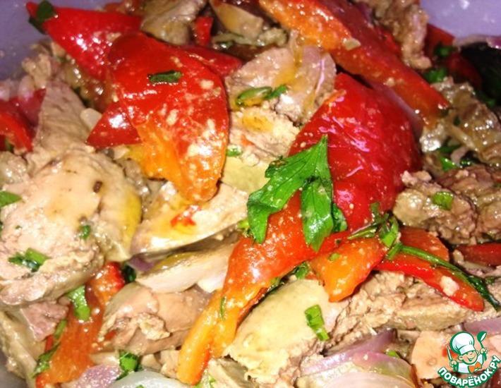 Рецепт: Теплый салат с куриной печенью и перцем