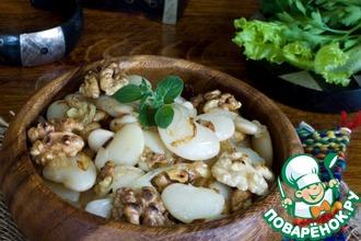 Рецепт: Фасоль с жареным луком и орехами