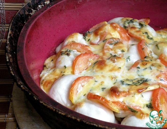 Рецепт: Пельмени под брынзово-чесночным одеялом с томатами
